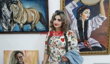 ميس فنانة سورية تعبر عن المرأة بالألوان
