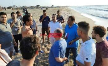 بالصور رئيس محلية رأس البر ومأمور قسم الشرطة يقودان حملة لتنفيذ قرار إغلاق الشواطئ