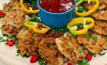 طريقة عمل أقراص الدجاج اللذيذة بمكعبات الفلفل الألوان و الجبنة الموتزاريلا