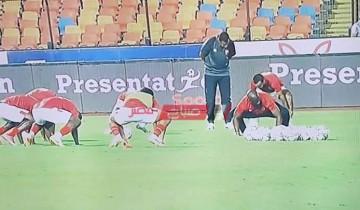 لاعبو الأهلي يخوضوا عمليات الإحماء سريعًا قبل مواجهة بيراميدز