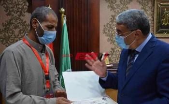 محافظ المنيا يكافئ سائق توك توك اعاد 140 ألف جنيه عثر عليها لاصحابها