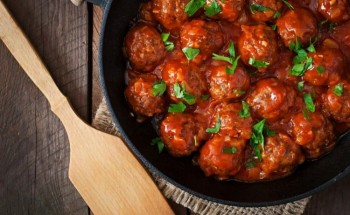 بخطوات بسيطة تعرفى على أسهل طريقة لإعداد صينية كرات كفتة اللحم بصوص الطماطم