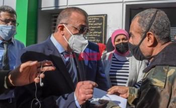 بالصور محافظ الإسكندرية يتابع بدء صرف منحة العمالة الغير منتظمة