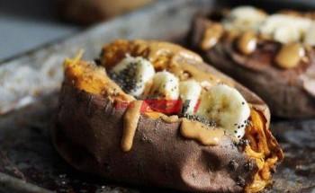 طريقة عمل البطاطا الحلوة المشوية بزبدة الفول السوداني والموز