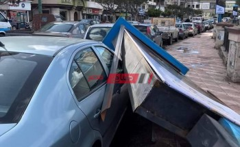 بالصورة سقوط لافته إعلانية على سيارة ملاكي في دمياط بسبب نشاط الرياح والطقس السيئ