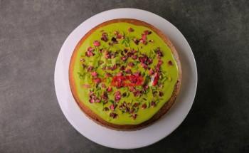 طريقة عمل الكيكة بالفستق والورد