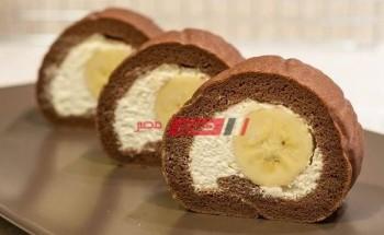 طريقة عمل سويسرول الشيكولاتة مع حشوة الكريمة وقطع الموز