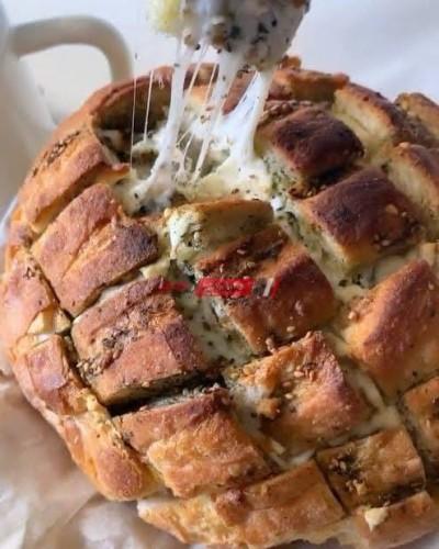 طريقة عمل عيش الزبدة بالأعشاب والجبنة الموزاريلا مع تابيناد الزيتون