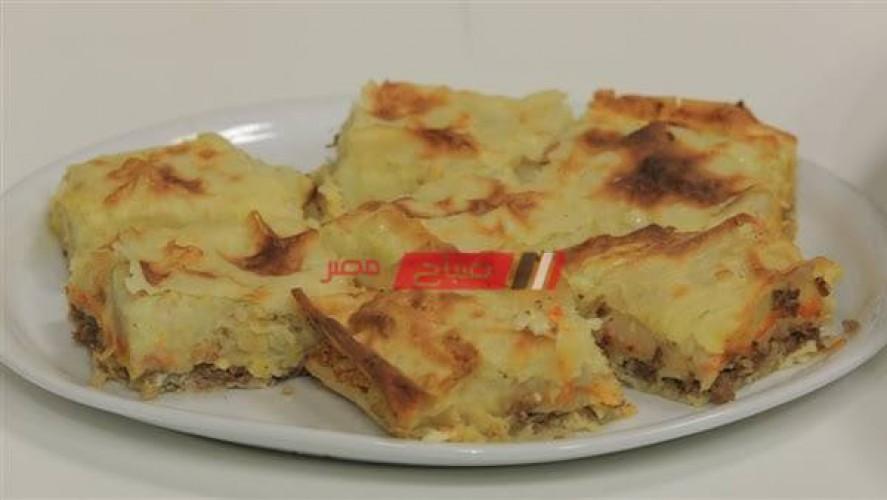 طريقة عمل صينية الجلاش بالجبن الشيدر والرومي والبسطرمة والزيتون بأسرع الطرق