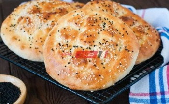 طريقة عمل خبز رمضان ٢٠٢١ بالسمسم وحبة البركة بالخطوات والمقادير
