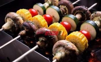 طريقة عمل أسياخ الخضروات المشوية بالزبادي اليوناني والشبت والمايونيز والذرة الصفراء علي طريقة الشيف نورا السادات