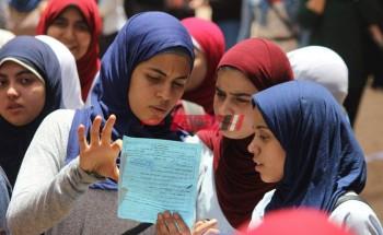 طلاب علمي في الثانوية العامة ينتهون من امتحان الفيزياء