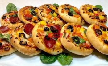 طريقة عمل ميني بيتزا علي قطمتين للأطفال بطعم شهي ولذيذ