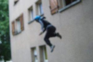 زوجة تقفز من النافذة للهرب من ضرب زوجها