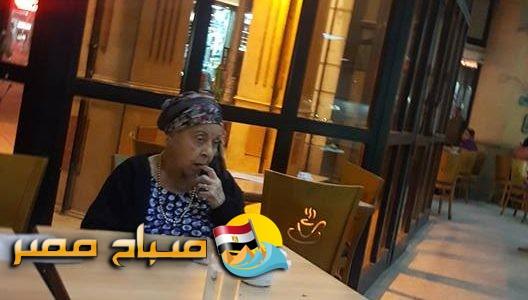صورة لنجمة كبيرة معتزلة تجلس وحيدة بمقهى من زمن الفن الجميل.. تعرف عليها