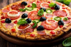 بيتزا بحشوات متنوعة على طريقة نجلاء الشرشابي