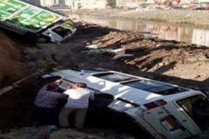 بالفيديو.. انهيار جانب ترعة المحمودية بالإسكندرية.. يتسبب فى سقوط سيارتين