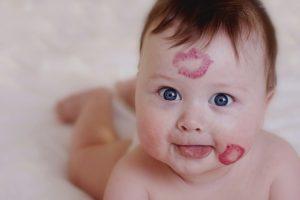 احذرى تقبيل الأطفال من الفم … لتتجنبى الإصابة بأمراض خطيرة