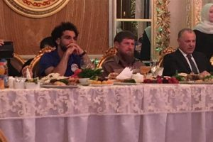 بالصور رئيس الشيشان يمنح محمد صلاح حق المواطنة