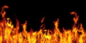فتاة تشعل النار