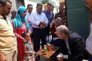 رئيس مدينة كفر الدوار..ينقل طفلة مريضة ووالدتها بسيارته لأقرب وحدة صحية لتلقى الرعاية الطبية