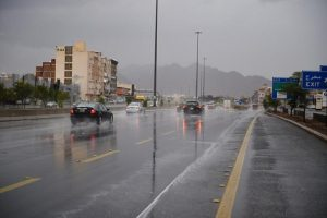 هطول أمطار رعدية ورياح نشطة تحد من الرؤية الأفقية بمنطقة مكة المكرمة