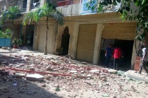 بالصور.. سقوط أجزاء من عقار بحى المنتزه فى الإسكندرية