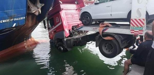 بالصور.. سقوط شاحنة محملة بالسيارات فى البحر و اصطدامها بسفينة بميناء الإسكندرية