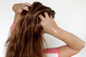تعرفى على خلطات طبيعية لعمل زيوت لتساقط الشعر