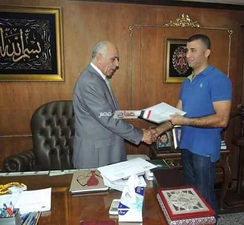 المقدم حسين القندقلي اثناء تكريمة من اللواء : فيصل دويدار مدير الامن السابق بدمياط