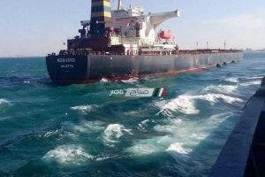إنقاذ سفينة سحبتها الأمواج والرياح الشديدة بميناء الإسكندرية
