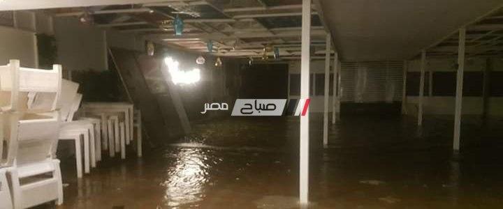 عواصف رعدية و ارتفاع امواج البحر السبب وراء غرق مقاهي رأس البر … صور و فيديو