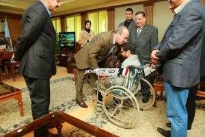 """محافظ كفرالشيخ يستجيب لـ """" رمضان """" ويقبل راسه مقدما فرصه عمل و 5 شهادات أمان"""