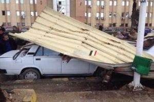 بالصور.. سقوط تندة من أعلى استراحة محكمة المنشية وتحطم سيارتين بسبب الرياح الشديدة