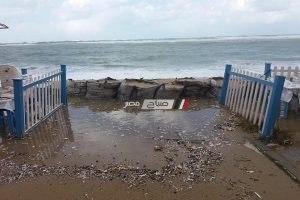 بالصور.. وضع حواجز لصد الأمواج بحى المنتزه ثان بالإسكندرية