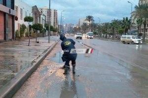 بالصور.. استمرار هطول الأمطار وهدوء نسبى فى شدة الرياح واستمرار كسح المياه بالإسكندرية