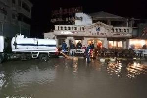 غرق مقاهي راس البر واختفاء الشواطئ بسبب موجة الطقس السيئ و ارتفاع امواج البحر (صور و فيديو)