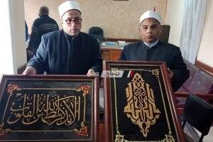 وكيل الاوقاف بدمياط يسلم لوحتين من مسجد برأس البر يرجع تاريخهما إلي عهد الملك فاروق (صور)