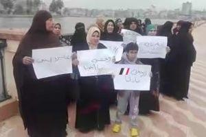 تجمهر اهالي الصيادين المفقودين على مركب ياسين الزهيري امام محافظة دمياط