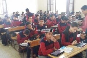 طلاب الصف الأول الثانوى يؤدون امتحان الإنجليزى إلكترونيا