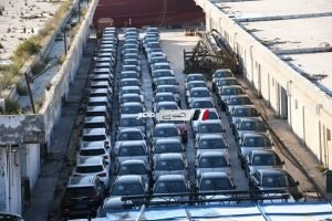 بالصور.. رئيس هيئة ميناء الإسكندرية يوضح حقيقة تكدس السيارات بسبب (خليها تصدي)