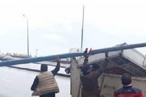سقوط لوحة إعلانات وعامود كهرباء بسبب الطقس السيئ بالإسكندرية