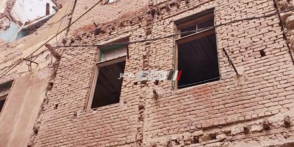 بالصور.. إزالة أجزاء خطر على السكان من 3 عقارات بالإسكندرية