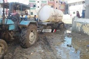 محلية دمنهور تستجيب لشكوى المواطنين بسبب انتشار مياه الشرب في الشوارع