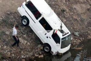 إنقلاب سيارة ميكروباص تقل 18 لاعبا من نادى المنصورة بترعة الزمر بأوسيم