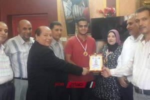 مدير إدارة كفر سعد التعليمية بدمياط تكرم الحاصل على المركز الثاني بالثانوية العامة