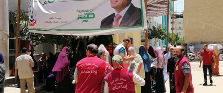 جمعية خيرية توزع مياه معدنية وعصائر على المواطنين أثناء فحص المبادرة الرئاسية بدمياط
