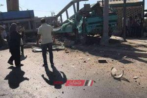 بالصور.. إصابة سائق ومساعده إثر اصطدام سيارتهم بـ 4 لوحات إعلانية بالإسكندرية