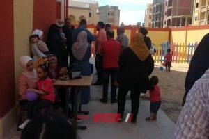 بالصور أولياء امور طلاب مدرسة بدمياط يرفضون دخول أبناءهم بسبب عدم تجهيز الفصول