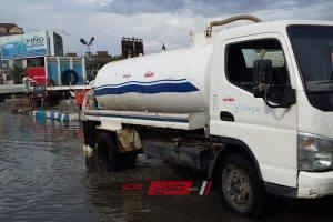 الدفع بسيارات شفط مياه الأمطار لفتح الطرق أمام حركة السير في دمياط